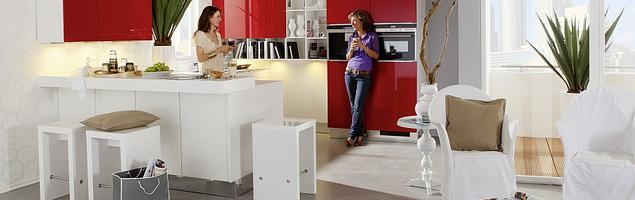 Białe i czerwone meble kuchenne. Wesoła kuchnia biało-czerwona