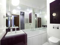 Meble łazienkowe w modnym fiolecie