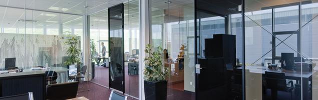 Szklane ściany i drzwi dźwiękoszczelne. Ciche i jasne aranżacje biur