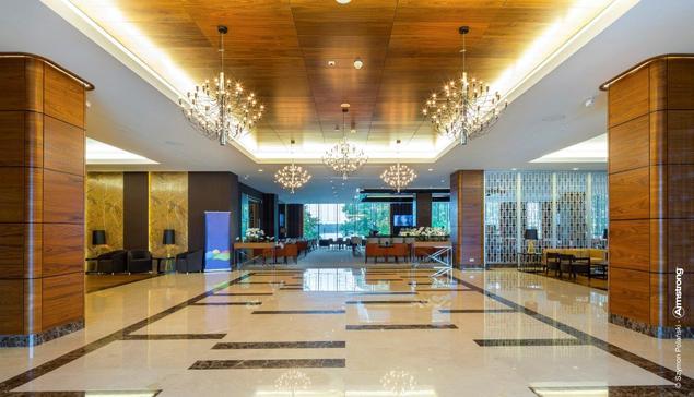 Sufity podwieszane w przestrzeni nowoczesnego hotelu