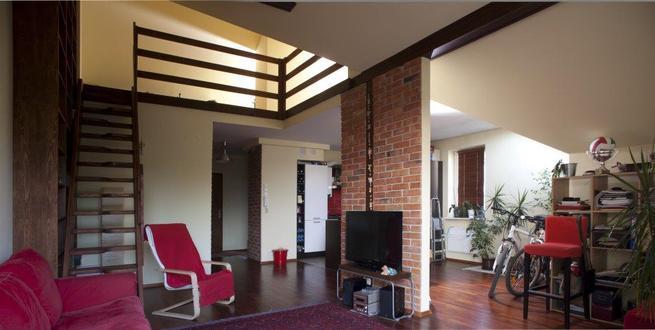 Aranżacja salonu: nowoczesne meble do salonu z murem w tle