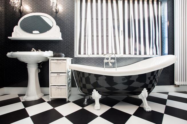 Czarno-biała łazienka. Styl vintage we wnętrzach