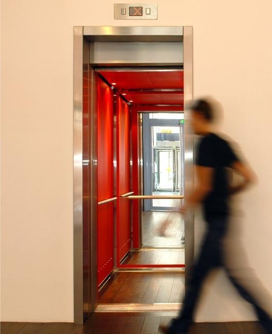Dźwig osobowy nowoczesne oświetlenie i design windy